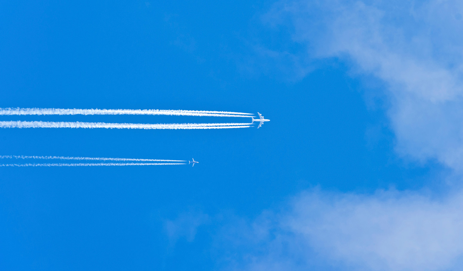 2 airplanes flying in close proximity